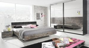 Szafa z lustrem to idealne rozwiązanie do małego wnętrza. Umożliwia utrzymanie porządku w sypialni, a także optycznie powiększa pomieszczenie.