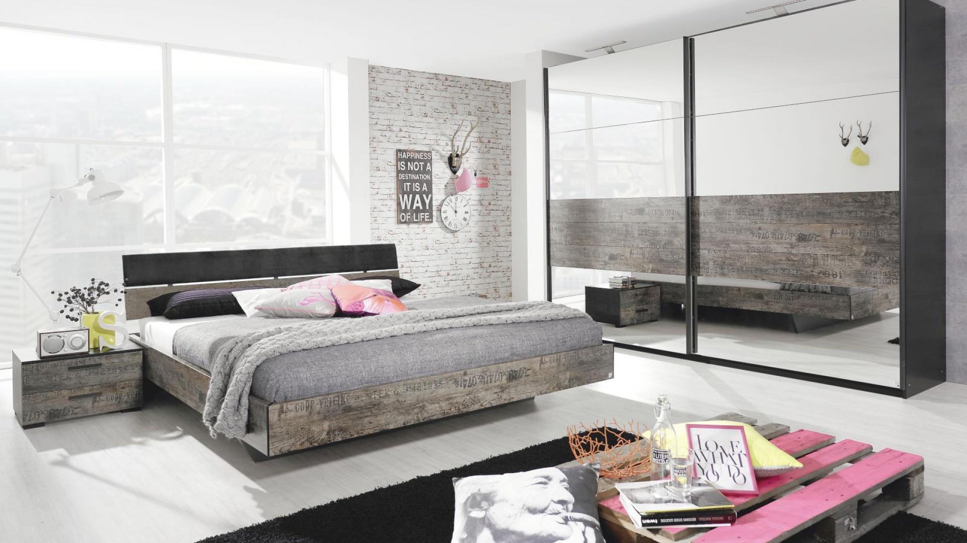 Łóżko z kolekcji Sumatra marki Agata Meble z brązowymi wstawki w stylu vintage, które dają modny efekt zużycia mebli. Takie łóżko pomoże wykreować bardziej przytulny klimat w industrialnym wnętrzu typu loft. Cena: ok. 1.100 zł. Fot. Agata Meble.