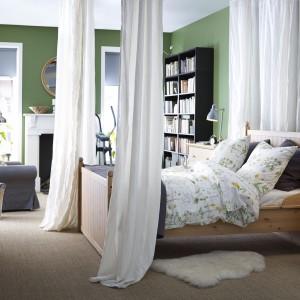 Łóżko Hurdal marki IKEA z praktycznymi szufladami na pościel. Lita sosna uwypukla atrakcyjne i piękne słoje oraz drobne sęki, które nadają meblowi własną, powstałą w sposób naturalny, osobowość. Cena: 1.919 zł. IKEA.