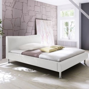 Subtelna i elegancka prostota połączona z elementami metalowymi sprawia, że łóżko Sunny marki Beds nada wyrafinowany wygląd nowoczesnej sypialni. Mebel tapicerowany ekoskórą. Cena: 1.905 zł. Fot. Beds.pl