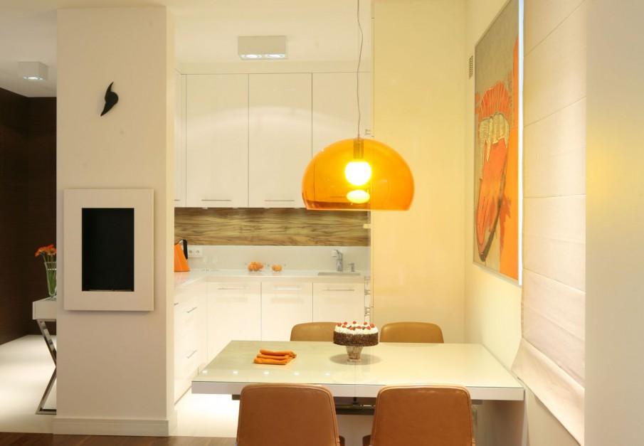 Bardzo mała kuchnia w Jasna kuchnia ocieplona drewnem
