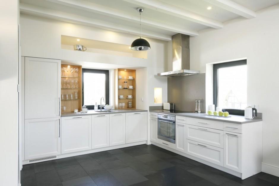Ciemnoszara podłoga, białe Jasna kuchnia ocieplona   -> Jasna Kuchnia Z Jasnym Blatem