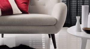 Jeden fotel czy sofa o ciekawym kształcie i wzorze na tkaninie może wykreować całe wnętrze. We wnętrzach minimalistycznych sprawdzą się meble tapicerowane tkaninami w odważnych kolorach lub wzorach. Przełamują stonowaną kolorystykę i indywidu