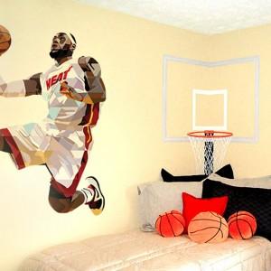 Fototapeta z wizerunkiem słynnego koszykarza Jamesa LeBron'a sprawi radość fanom piłki koszykowej. Dekoracja pochodzi z kolekcji Sport Stars marki Myloview. Fot. Myloview.