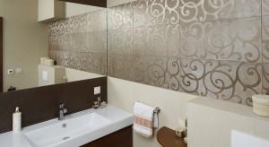 W łazience dominują spokojne beże przełamane brązami. Całość ocieplają meble w kolorze wenge oraz dekoracyjne płytki w stylu glamour. Całość zachwyca spokojem i elegancją.
