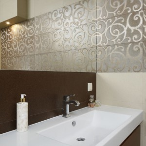 Szeroka umywalka z praktycznym blatem to model, który dobrze sprawdzi się w każdej łazience. Fot. Bartosz Jarosz.