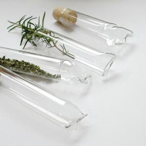 Nowe oblicze pojemników na przyprawy. Przeźroczyste Tubki ze szkła borosilikonowego o podwyższonej odporności eksponują piękno przypraw i ziół, oprawiając je w oryginalny kształt. Każda sztuka wykonywana ręcznie. Fot. Agnieszka Bar.