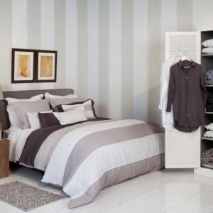 Postarajmy się unikać w sypialni zbyt dużej ilości przedmiotów. Mogą one sprawić, że pomieszczenie będzie wydawać się zagracone i optycznie mniejsze. Fot. Flamant.