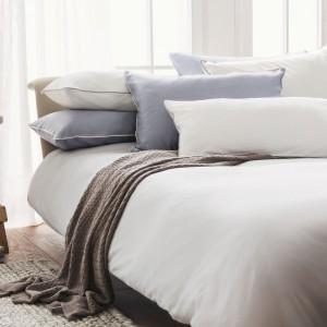 Dobry, zdrowy sen gwarantuje duże, wygodne łóżko, jednak bardzo ważna jest pościel. Powinna być uszyta z miękkiego materiału wykonanego z naturalnych włókien. Fot. Urbanara.