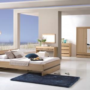 Duża sypialnia to luksus. Możemy ustawić w niej, oprócz podstawowych mebli, również toaletkę czy wypełniony po brzegi regał z książkami. Fot. Matkowski Meble.