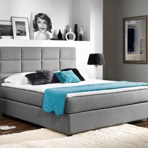 Komfortowy wypoczynek zapewni odpowiednia ilość przestrzeni. Dlatego - szczególnie w małych pomieszczeniach - czasem warto postawić wyłącznie łóżko i stolik nocny, by zyskać bardziej przestronne wnętrze. Fot. Stolwit.