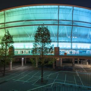 Elewacja stadionu, wykonana z półprzeźroczystej siatki, sprawia, że budynek prezentuje się niesamowicie, zwłaszcza podświetlony nocą. Fot. Stadion Wrocław.