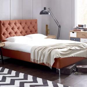 Nowoczesne łóżko Elise w kolorze cegły. Za sprawą pikowanego wezgłowia może być nie lada dekoracją nowoczesnej sypialni, również w stylu loft. Mebel dostępny w sklepie Living It Up. Fot. Living It Up.