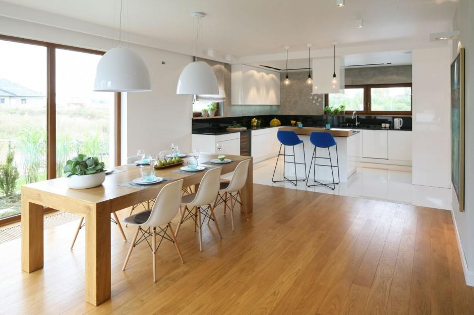 Dwie lampy o białych Oświetlenie nad stołem tak urządzisz nowoczesną ja   -> Projekt Domu Kuchnia Z Jadalnia