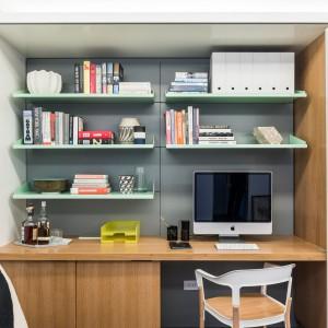 Gabinet to funkcjonalne biurko i liczne, praktyczne półki - wszystko idealnie wpasowane we wnękę, którą można szybko przesłonić, gdy nie pracujemy. Projekt: MKCA. Fot. Alan Tansey.