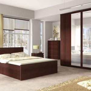 Kolekcja Pello marki Meble Wójcik to propozycja dla tych, którzy marzą o eleganckiej, a zarazem praktycznej sypialni. Miejsce na przechowywanie uwzględnia nawet łóżko, wyposażone w praktyczną szufladę na pościel. Fot. Meble Wójcik.