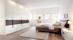 Duża szafa, komoda czy niewielka zabudowa. Zobaczcie jak w praktyczny sposób urządzić strefęprzechowywania w sypialni.