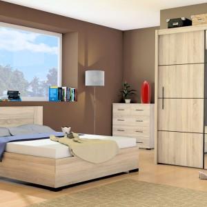 Duża szafa w kolorze jasnego drewna z kolekcji InovaII marki Marmex, wraz z niewielką komodą tworzą strefę przechowywania odpowiednią dla niedużej sypialni. Lustro na frontach szafy sprawia, że wnętrze wydaje się większe a aranżacja bardziej nowoczesna. Fot. Marmex.
