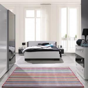 Łóżko najlepiej ustawić w najbardziej ustronnym miejscu w sypialni. Przestrzeń przy wejściu warto wykorzystać na aranżację strefy przechowywania. Sypialnia Lux firmy Marmex. Fot. Marmex.