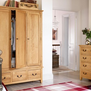 Kupując pojemne szafy czy szafki należy pamiętać, że oprócz funkcji użytkowej mają też zdobić wnętrze. Warto więc wybrać meble komponujące się z łóżkiem i pasujące stylistycznie do aranżacji. Fot. Argos.