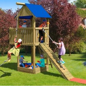 Kompaktowy zestaw do zabawy Multi-Play Woman Chief firmy Delta Gartenholz. W skład zestawu wchodzą m.in. wieża z balkonem, pochylnia ze sznurem, piaskownica z dwoma siedziskami i pokrywą. Drewniane elementy impregnowane są ciśnieniowo, co zapewnia im trwałość i odporność na działanie czynników atmosferycznych. Fot. Obi.