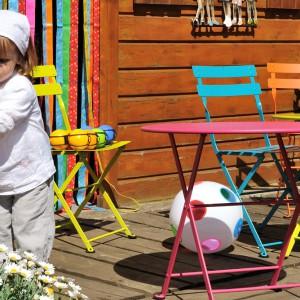 Meble z kolekcji Tom Pouce. Dostępne są w wielu kolorach. Wysokość stolika: 48,5 cm, średnica 55 cm. Wysokość krzesła to 65 cm. Fot. Fermob.