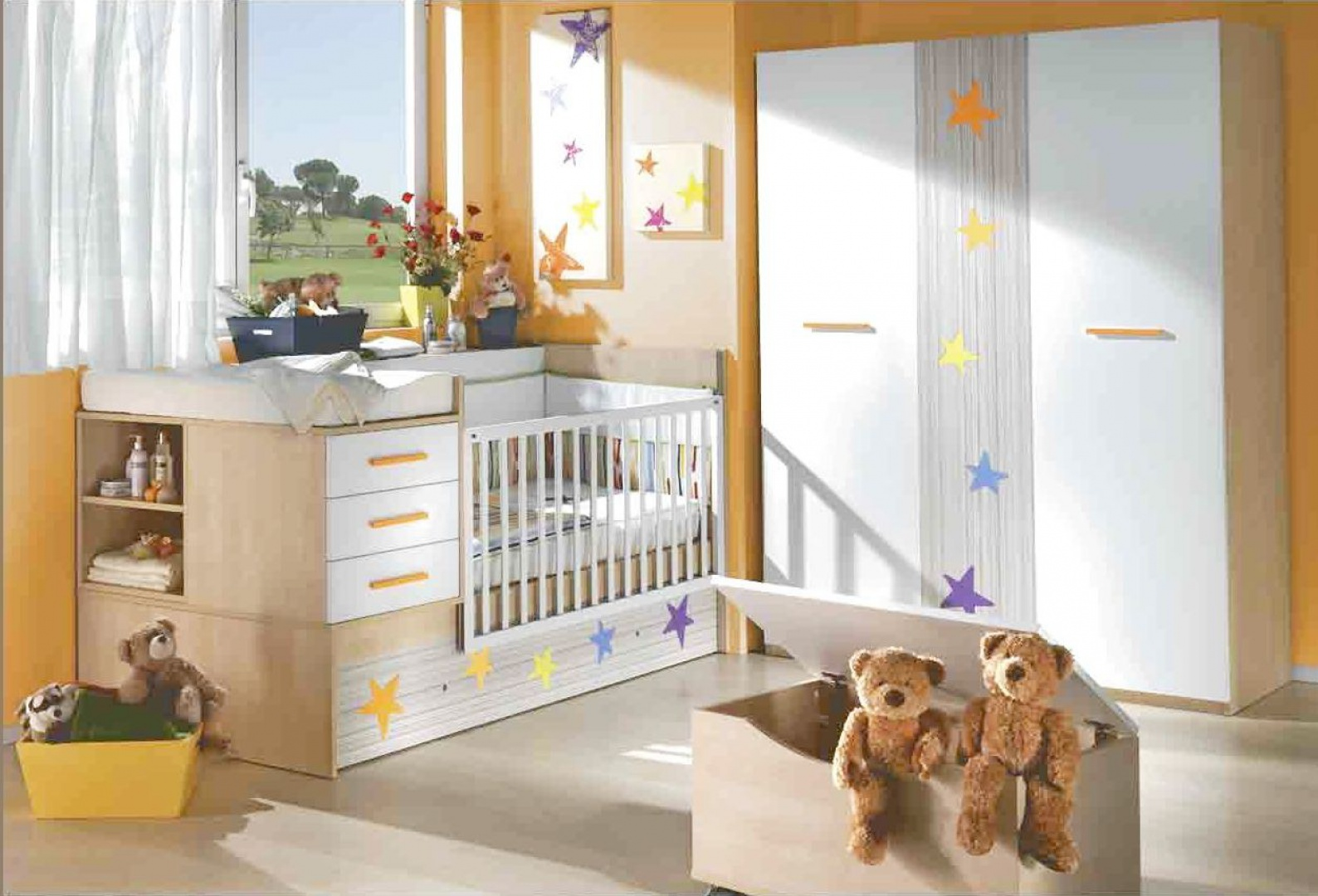 Pojemniki i kosze na zabawki to praktyczne przedmioty, które pomogą utrzymać porządek w pokoju dziecka. Warto, by były w różnych kolorach, dzięki czemu maluchowi łatwiej będzie segregować przedmioty. Fot. Ros.
