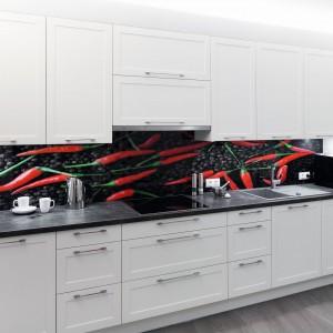 Motyw czerwonych papryczek miał dodać klasycznej kuchni nieco pikantnego charakteru. Wzór został nadrukowany na szkle hartowanym. Projekt: Małgorzata Goś, Agata Balińska. Fot. Bartosz Jarosz.