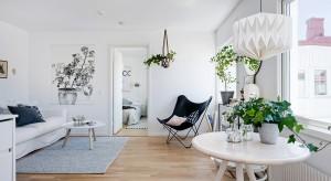 Niewielkie, 40-metrowe mieszkanie oferuje domownikom przestronną strefę dzienną, przytulną sypialnię i funkcjonalną łazienkę. Wszystko wykończone w bieli, ocieplonej drewnem.