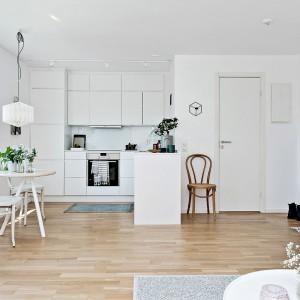 W przestrzeni sąsiadującej z dużym oknem i kuchnią wyklarowało się miejsce na ustawienie niewielkiego stołu. Pełna słońca mała jadalnia jest idealnym zakątkiem do wspólnych, energetyzujących śniadań dla dwojga. Fot. Fredrik J Karlsson/Alvhem Makleri.