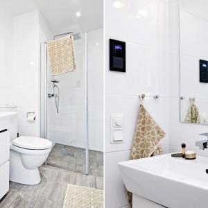 Biała łazienka oferuje domownikom umywalkę z szafką, wc i przestronną strefę prysznica. Z wypełniającą pomieszczenie bielą harmonizują drewnopodobne płytki na podłodze. Fot. Fredrik J Karlsson/Alvhem Makleri.