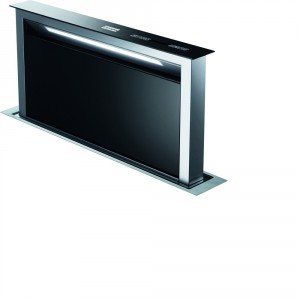Okap nablatowy Downdraft jest przykładem uniwersalnego designu, na który składa się prosta forma, połączenie stali i czarnego szkła z praktycznym zastosowaniem w przestrzeni kuchennej. Po ukryciu w szafce, zajmuje niewiele miejsca, widoczny pozostaje jedynie panel o szerokości 9,5 cm. Podczas pracy okap unosi się ponad powierzchnię blatu na wysokość 40 cm. Dzięki wydajnemu silnikowi, urządzenie może oczyścić nawet 725 m3 w ciągu 1 godziny. Posiada funkcjonalne oświetlenie LED, pracuje w czterech trybach, w tym jednym intensywnym, dodatkowo istnieje możliwość sterowania za pomocą pilota. Cena: 6.499 zł. Fot. Franke.