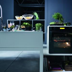 Piekarnik do zabudowy Crystal Black CR 981 M BM M DCT to urządzenie niezwykle funkcjonalne i eleganckie. Dzięki niemu nasza kuchnia nabierze niepowtarzalnego charakteru, a prace w niej staną się przyjemnością. Posiada aż 12 funkcji, pojemność 73 litry, menu w języku polskim, sterowanie sensorowe z wyświetlaczem LCD oraz nowoczesny mini panel sterujący, wys. 75 mm. Wyposażony jest w drzwi potrójnie przeszklone i 2 halogeny oświetlające wnętrze. Fot. Franke.