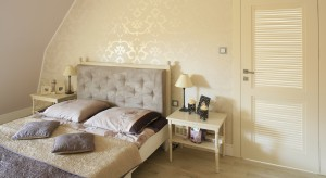 Wnętrze skąpane w beżach i kremach przypomina królewską sypialnię. Urzeka wyrafinowanym stylem i romantycznymi zdobieniami.
