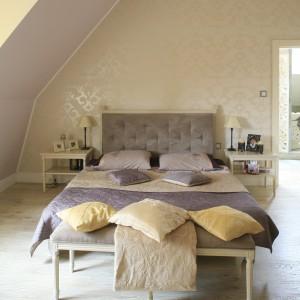 Eleganckie łóżko z pikowanym zagłówkiem służy wypoczynkowi, ale też pięknie zdobi wnętrze. Uroku dodają smukłe, zdobione nóżki, na których opiera się mebel. Projekt: Karolina Łuczyńska. Fot. Bartosz Jarosz.