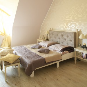 Ściany w sypialni wykończono farbą w kolorze ciepłego beżu. W ten sposób uzyskano neutralne tło dla stylizowanych mebli. Projekt: Karolina Łuczyńska. Fot. Bartosz Jarosz.
