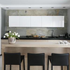Szare ściany w kuchni: 15 modnych wnętrz z polskich domów