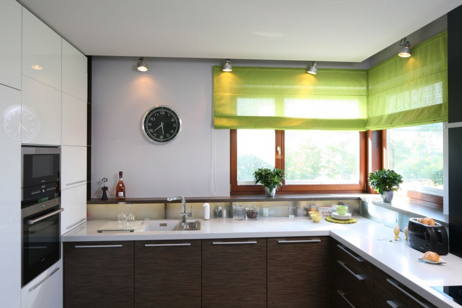 Roleta w żywym, zielonym Szare ściany w kuchni 15   -> Kolory Kuchni Sciany