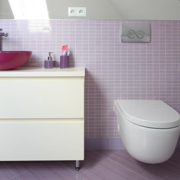 Mała łazienka na poddaszu: piękne, kolorowe wnętrze