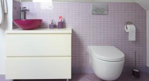 Łazienka urządzona na poddaszu, tuż obok sypialni, jest jej kolorystyczną kontynuacją. Królują tutaj łagodne, pastelowe odcienie, dzięki którym wnętrze nabiera wyjątkowego charakteru.