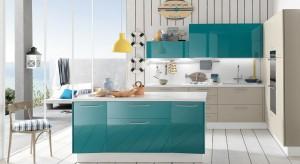 Chcąc wprowadzić do przestrzeni naszej kuchni energetyzującą atmosferę, sięgnijmy po kolory, takie jak żółty czy błękit.