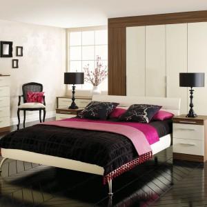 Intensywne kolory pasują nie tylko do nowoczesnych aranżacji, ale także wnętrz w stylu klasycznym. Różowa narzuta czy poduszki pięknie ożywią eleganckie wnętrze o tradycyjnej stylistyce. Fot. Hammonds Furniture.