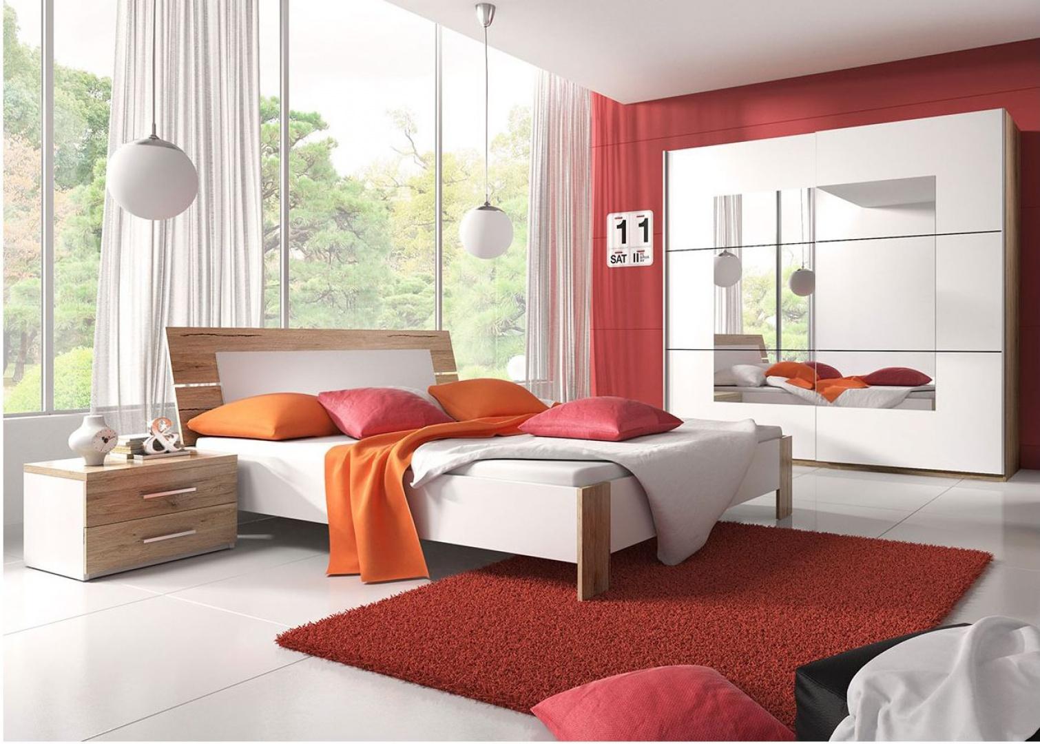 Jeśli lubimy mocne kolory, możemy wykorzystać w aranżacji kilka mocnych detali. Ściana, dywan i poduszki dekoracyjne czerwonym kolorze, zastawione z meblami w kolorze drewna spektakularnie ożywiają wnętrze, nie burząc jego harmonii. Fot. Furnite.pl.
