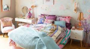 Zastanawiasz się, jak odmienić wystrój sypialni? Wprowadź do niej kolorowe, radosne elementy wyposażenia.