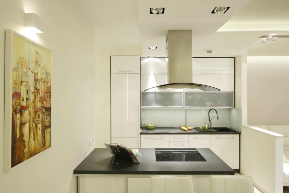 Biała zabudowa wpasowana w Wygodna kuchnia Pomysły   -> Mala Kuchnia Szafki Do Sufitu