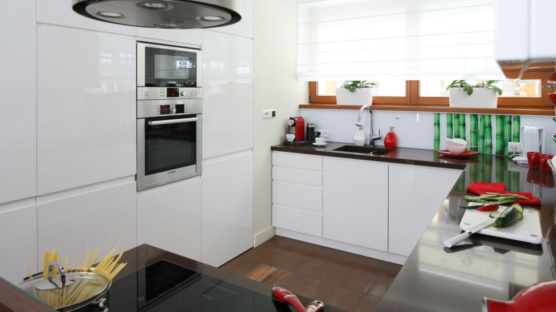 bia�e meble kuchenne z kuchnia na wysoki po�ysk 20