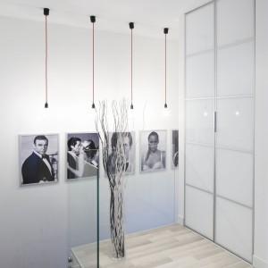 Wędrówkę na piętro umila kolekcja czarno-białych zdjęć z serii filmów o Jamesie Bondzie. Projekt: Karolina Stanek-Szadujko, Łukasz Szadujko. Fot. Bartosz Jarosz.