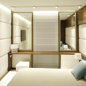 Jasna sypialnia urządzona w nowoczesnym stylu. Duże powierzchnie przeszkleń powiększają przestrzeń oraz dodają mu oryginalny wygląd. Projekt: Monika i Adam Bronikowscy. Fot. Bartosz Jarosz.