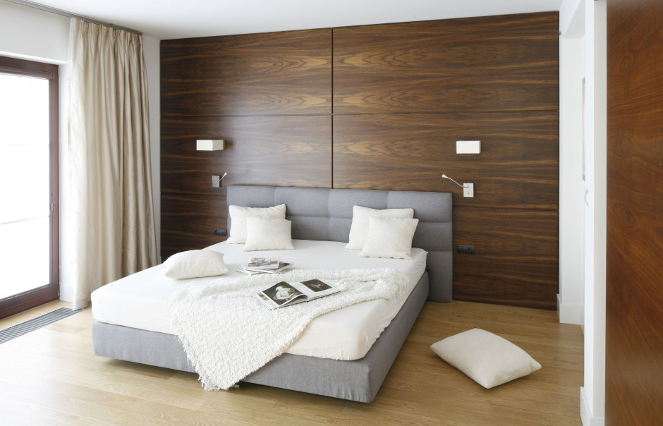 Największą ozdobą tej sypialni są naturalne materiały, wykorzystane w aranżacji. Naturalny jedwab w formie zasłon, drewno na podłodze czy fornir amazaque na ścianie sprawiają, że wnętrze jest naturalnie piękne oraz ciepłe. Projekt: Kamila Paszkiewicz. Fot. Bartosz Jarosz.