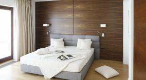 Jak urządzić ładną i funkcjonalną sypialnię? Zobaczcie najciekawsze pomysły do małych i dużych wnętrz, podpatrzone w polskich domach.